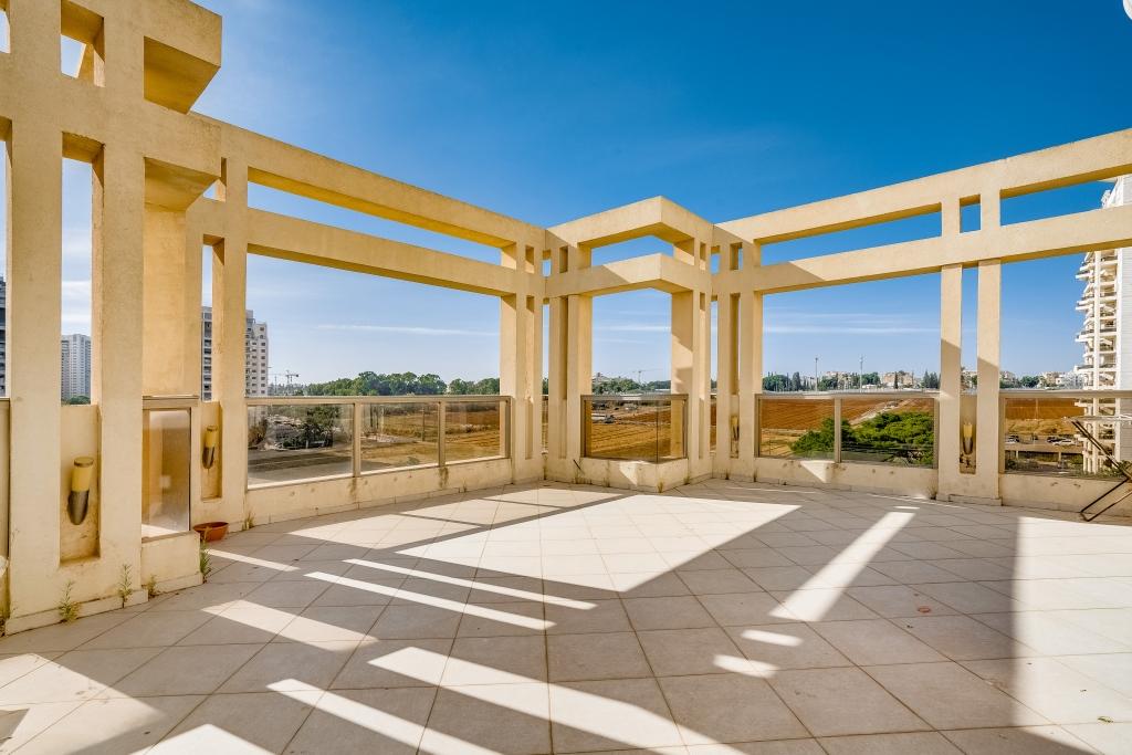 דירת גג עם נוף לשדות התותים במתחם 200