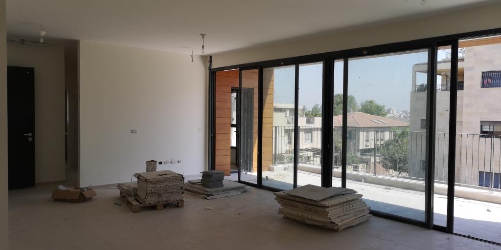 במערב! 5 חדרים חדשה מדהימה ומוארת !!